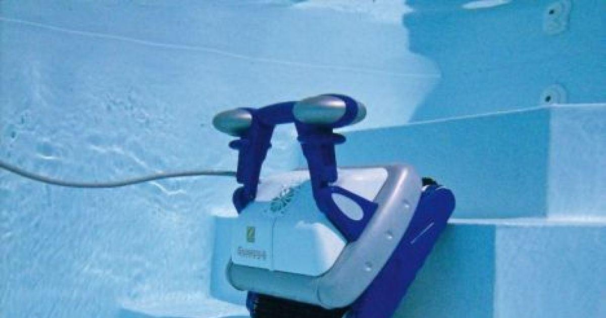 robot piscine qui fait les marches