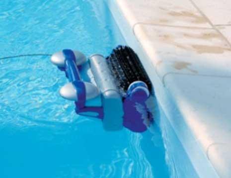 robot piscine qui monte aux parois